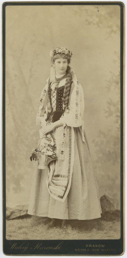 Walery Rzewuski, Portret Emmy Załuskiej w stroju ludowym, lata 80. XIX wieku, odb. na pap. albuminowym, Biblioteka PAU