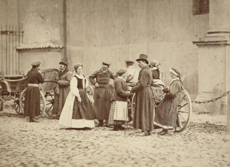 Karol Beyer, Włościanie z Wilanowa przed atelier, 1866, odb. na pap. albuminowym, Muzeum Narodowe w Warszawie