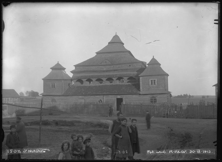 Konrad Kłos, The synagogue in Śnadów, glass negative, 1913. Courtesy of the Institute of Art of the Polish Academy of Sciences