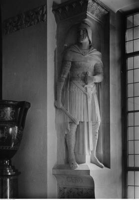 Wnętrza Zamku Cesarskiego, Posąg margrabiego Gerona w korytarzu, 1933, źródło: NAC