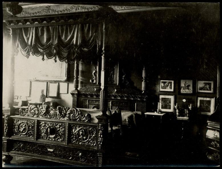 Wnętrza dworu z lat 20-tych XX wieku, sypialnia, źródło: Polona