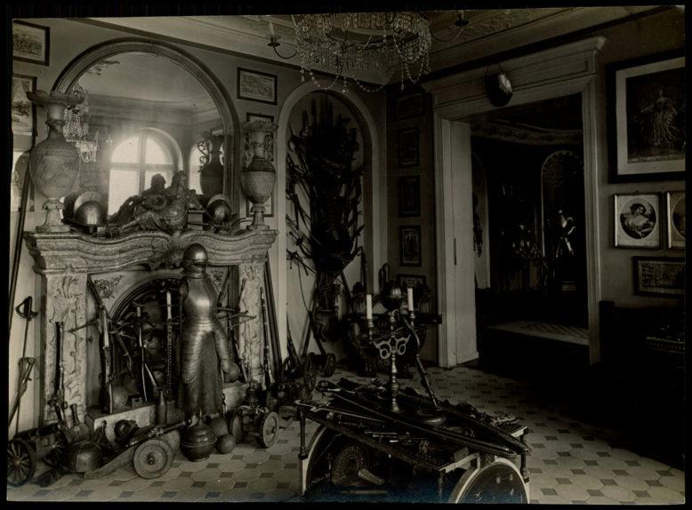Wnętrza dworu z lat 20-tych XX wieku, zbrojownia, źródło: Polona