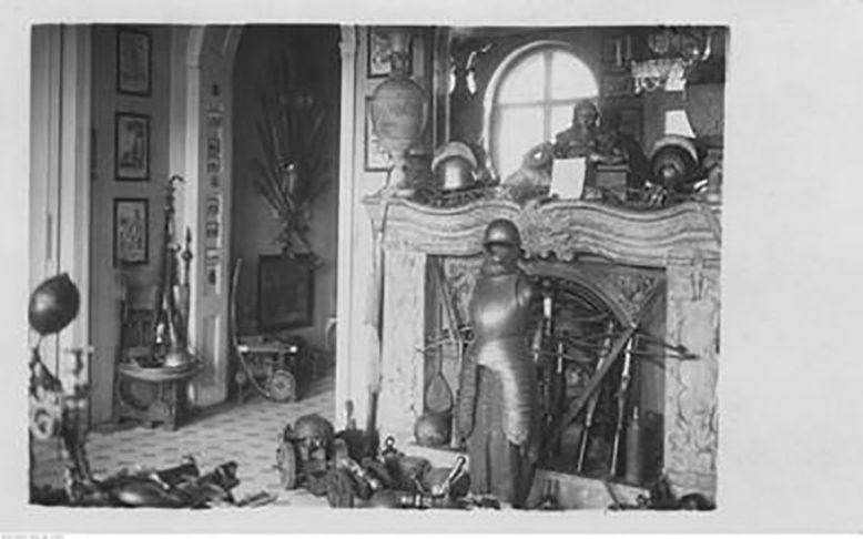 Wnętrza dworu z lat 20-tych XX wieku, zbrojownia, źródło: NAC