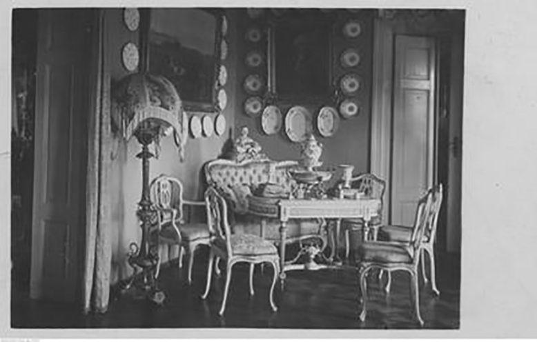 Wnętrza dworu z lat 20-tych XX wieku, fragment pokoju porcelanowego, źródło: NAC