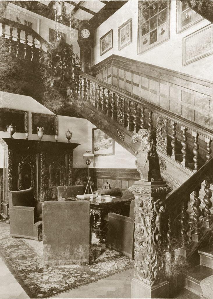 Meble gdańskie w hallu w Gułtowach Bnińskich, pocztówka, pocz. XX wieku