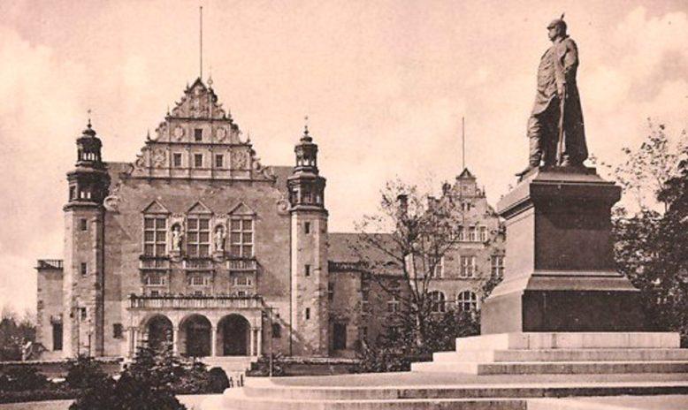 Pocztówka ze zbiorów Biblioteki Uniwersyteckiej w Poznaniu, Pomnik Bismarcka i Królewska Akademia w Poznaniu