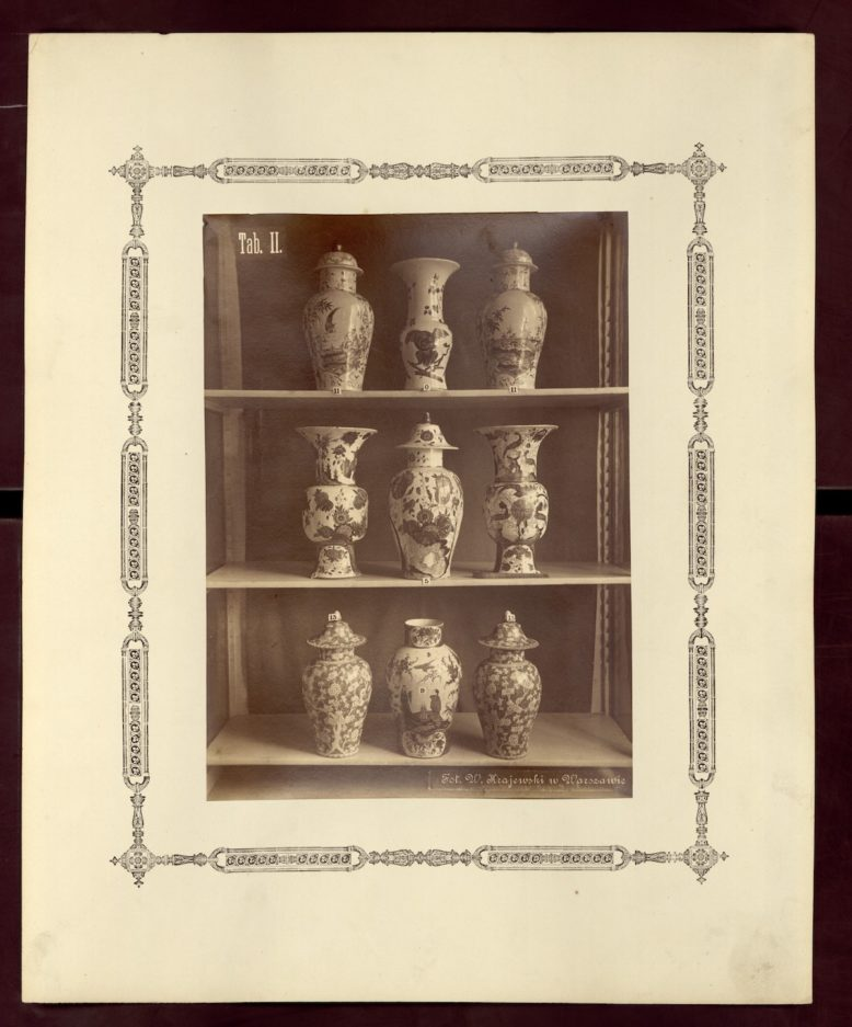 """Tablica z: """"Album dzieł sztuki zastosowanej do przemysłu z wystawy urządzonej przez Muzeum Przemysłu i Rolnictwa z 1881 roku"""", fotografia, 1883, domena publiczna"""