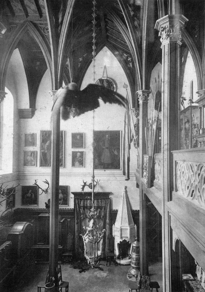 """Hall pałacu w Jarocinie, widok na część dolną, fotografia, pocz. XX wieku, reprodukcja z: S. Karwowski, """"Geschichte des Hauses Leszczyc von Radolin Radoliński"""", Posen 1908"""