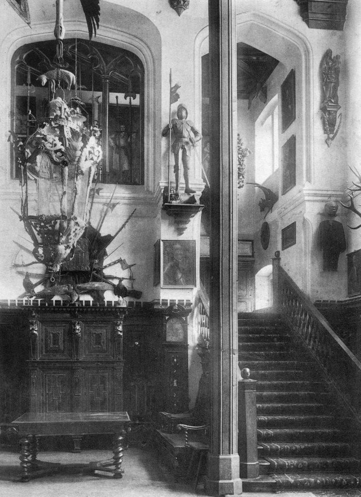"""Hall pałacu w Jarocinie, część dolna i klatka schodowa, fotografia, pocz. XX wieku, reprodukcja z: S. Karwowski, """"Geschichte des Hauses Leszczyc von Radolin Radoliński"""", Posen 1908"""