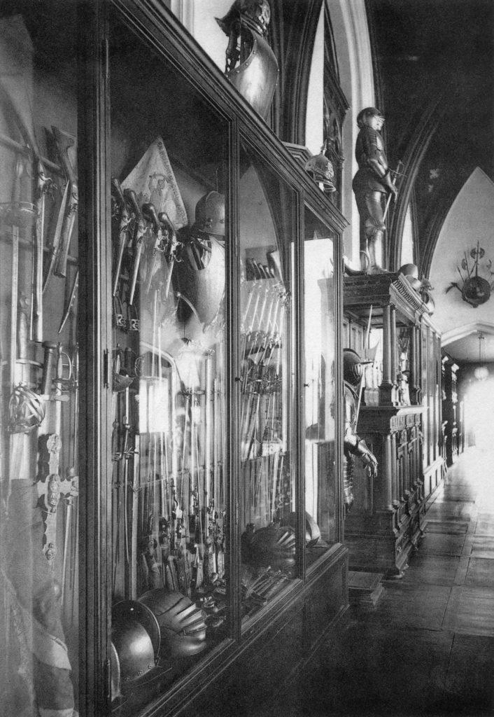 """Szafy na galerii hallu pałacu w Jarocinie, fotografia, pocz. XX wieku, reprodukcja z: S. Karwowski, """"Geschichte des Hauses Leszczyc von Radolin Radoliński"""", Posen 1908"""