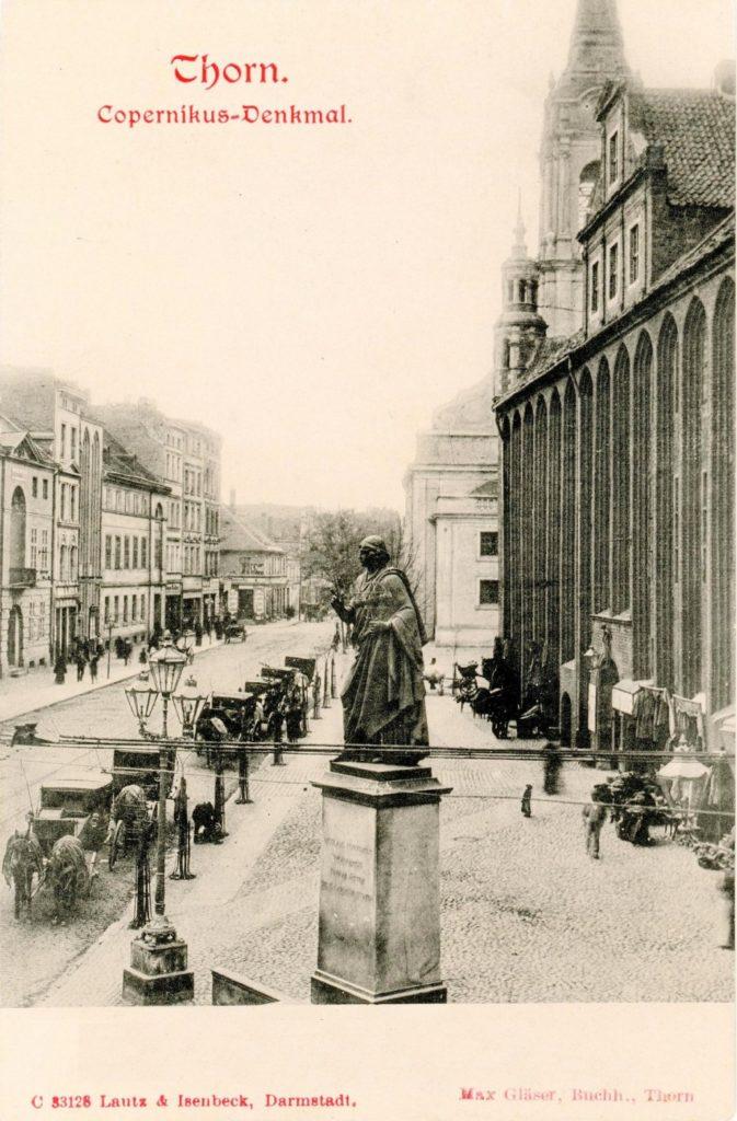 Pomnik Kopernika na rynku staromiejskim w Toruniu, pocztówka z pocz. XX wieku