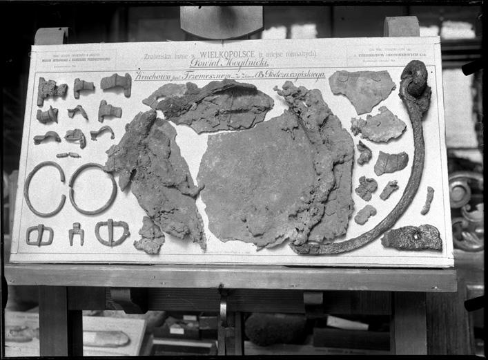4.Tablica z zabytkami z Muzeum Archeologicznego Akademii Umiejętności  (dawnego Muzeum Starożytności TNK). XIX w. Ze zbiorów Archiwum Muzeum Archeologicznego w Krakowie